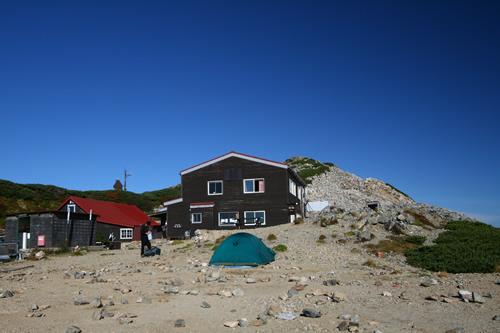 閑散となったテン場と大天荘 後ろは大天井岳